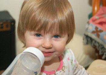 20080924_Kylie&Bottle1.jpg