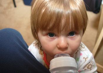 20080924_Kylie&Bottle2.jpg